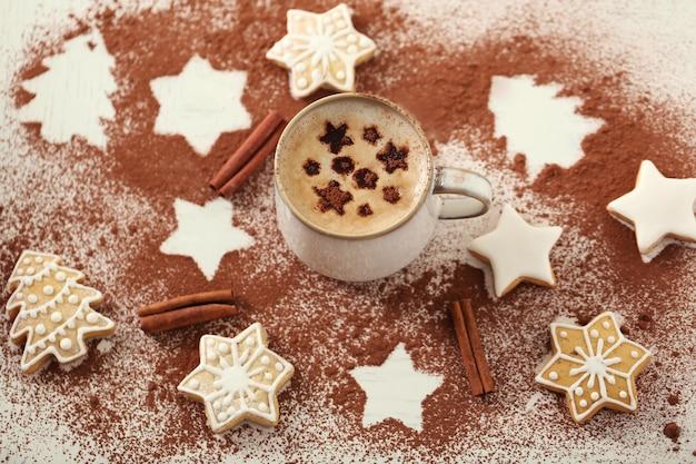 Bella composizione con tazza di cappuccino e biscotti di natale