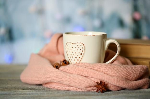 Bella composizione con tazza di bevanda calda, su sfondo di luci