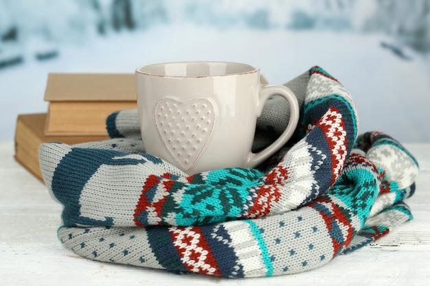Bella composizione con tazza di bevanda calda