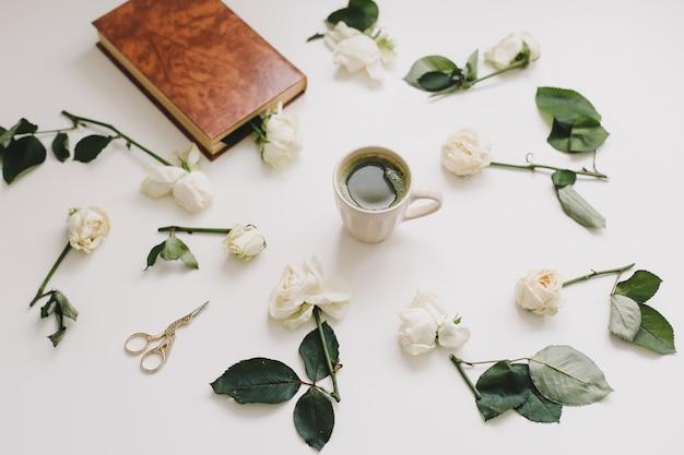 Bella composizione con una tazza di tè matcha e fiori su bianco