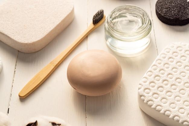 Bella composizione con cosmetici spa e accessori personali