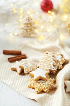 Bellissimi biscotti con decorazioni natalizie