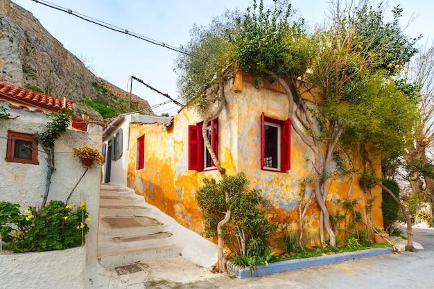 Bella e accogliente stradina con scale nel famoso quartiere di placa, città vecchia di atene, grecia
