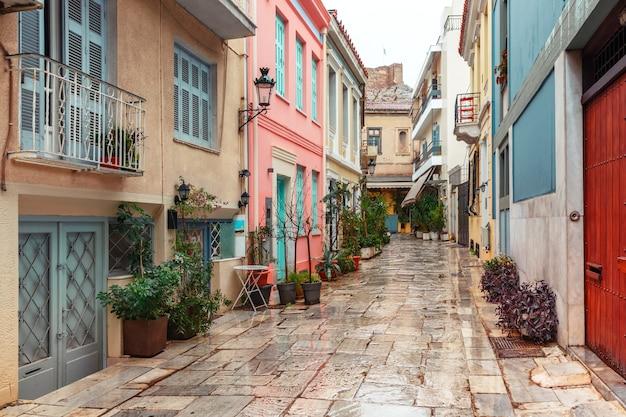 Bella e accogliente strada stretta con scale nel famoso quartiere di placa nel giorno di pioggia, città vecchia di atene, grecia