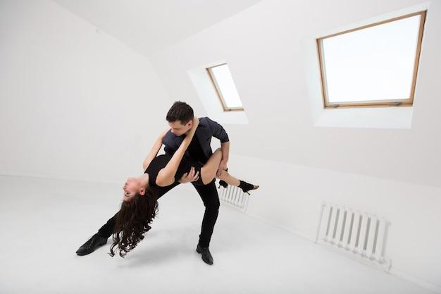 Belle coppie che ballano bachata