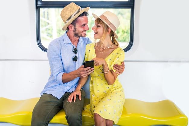 Belle coppie che guidano su un vagone della metropolitana