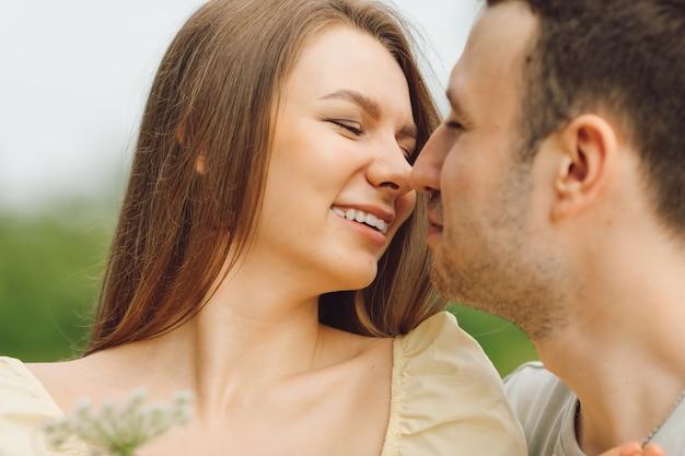 La bella coppia esprime amore e tenerezza reciproca in natura. felicità e serenità. momenti di vita. ricreazione all'aperto. giusto stile di vita. relazione felice. prendersi cura l'uno dell'altro.