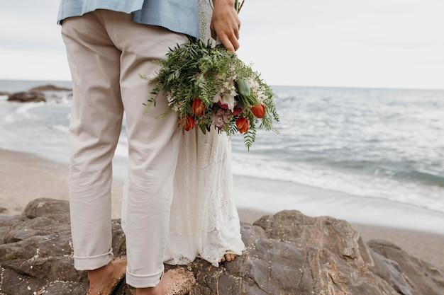 Bella coppia che ha un matrimonio sulla spiaggia