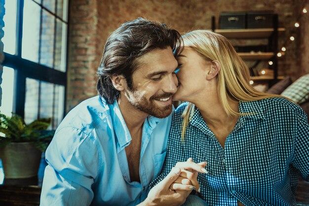 Bella coppia a casa Foto Premium
