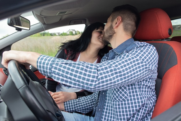 La bella coppia innamorata in macchina
