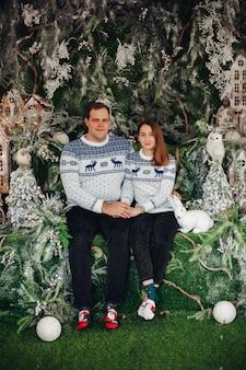 Bella coppia innamorata in maglioni accoglienti con stampa natalizia