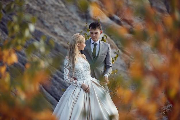 Bella coppia innamorata su un paesaggio favoloso, matrimonio nella natura, amore bacio e abbraccio. 14 settembre 2019