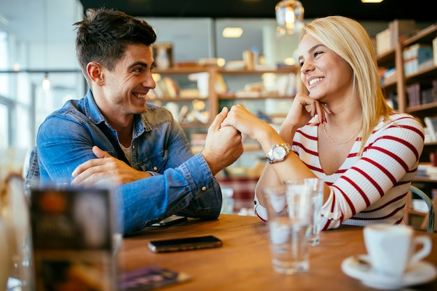 Bella coppia innamorata che flirta al ristorante e si lega?