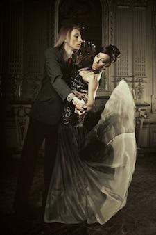 Bella coppia innamorata in palazzo storico. lusso.