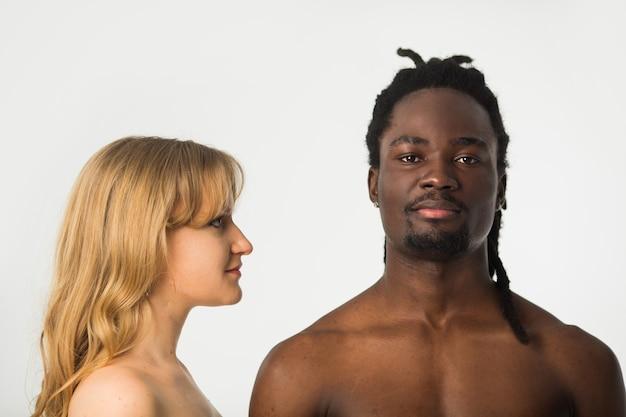 Bella coppia uomo e donna su sfondo bianco