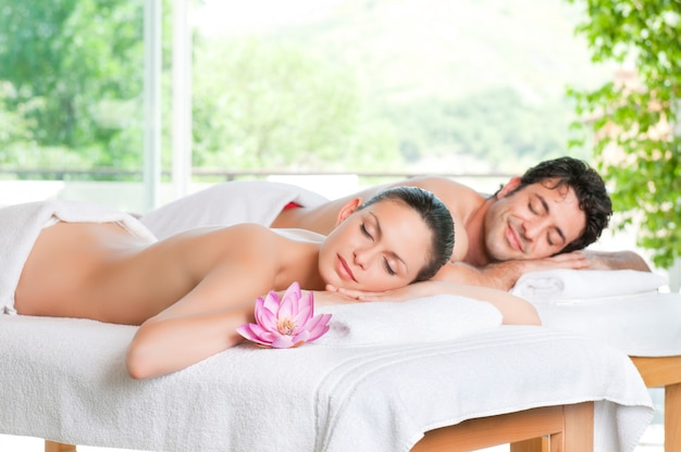 Belle coppie che si rilassano insieme al centro termale dopo un trattamento di bellezza