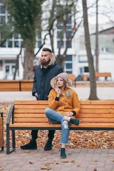 Bella coppia in cappotti invernali all'aperto