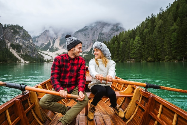 Bella coppia di giovani adulti che visitano un lago alpino a braies italia