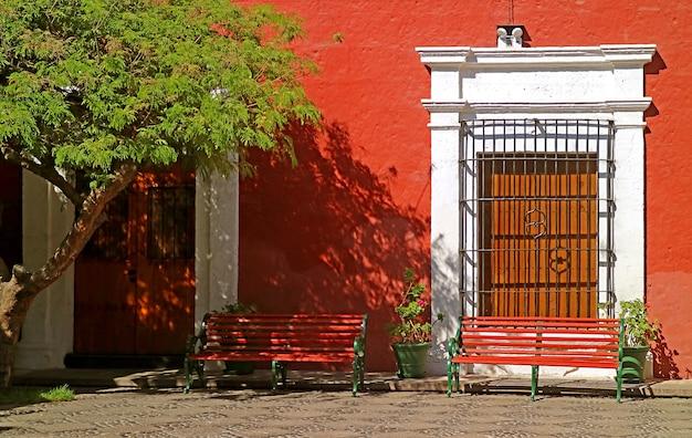 Bellissimo cortile di un edificio coloniale peruviano alla luce del sole