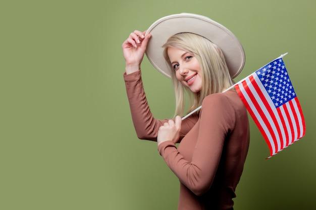 Bello cowgirl in un cappello con la bandiera degli stati uniti d'america