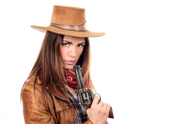 Bella cowgirl con la pistola