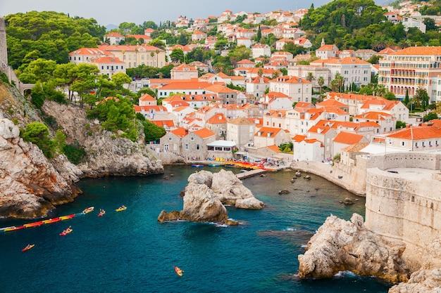 Bella vista accogliente del porto occidentale vicino alla città vecchia di dubrovnik, in croazia