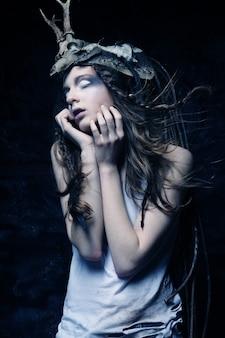 Bella donna creativa di moda, stile scuro