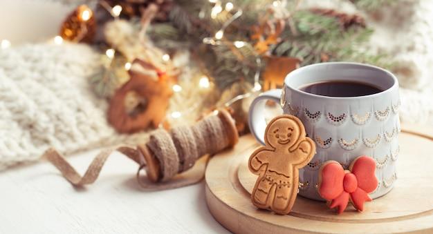 Una bella tazza con biscotti di panpepato decorati con glassa da vicino con decorazioni.