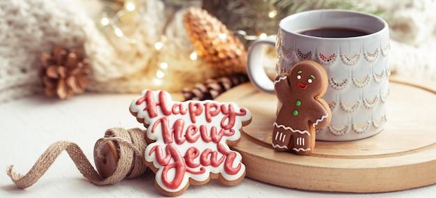 Bella tazza con biscotti di panpepato fatti a mano ricoperti di glassa da vicino
