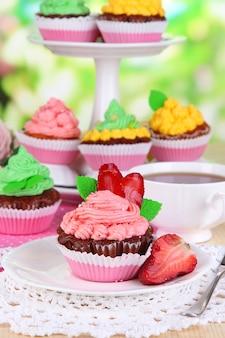 Belle cupcakes sul tavolo da pranzo su sfondo naturale