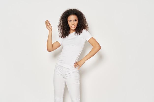 Maglietta bianca di gesto di mano di stile di vita della donna dei bei capelli ricci