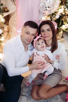 Bel papà, mamma attraente con la loro piccola figlia
