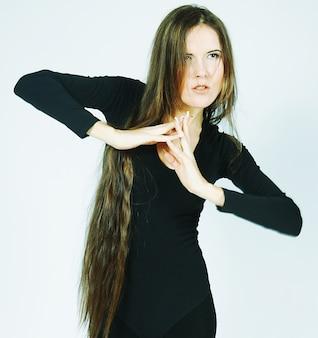 Bella ballerina con i capelli lunghi danza in studio