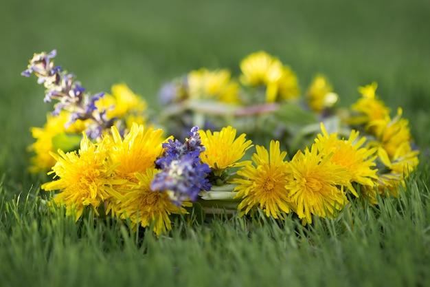 Bellissimo bouquet di tarassaco con fiori di campo