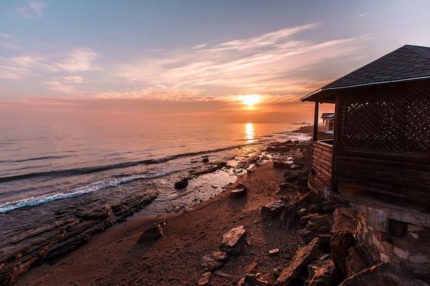 Bella alba sul mar caspio in daghestan, russia. foto di alta qualità
