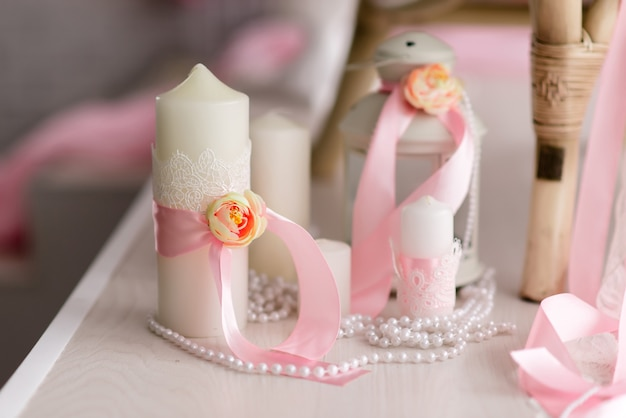 Bellissimo arredamento di candele e fiori
