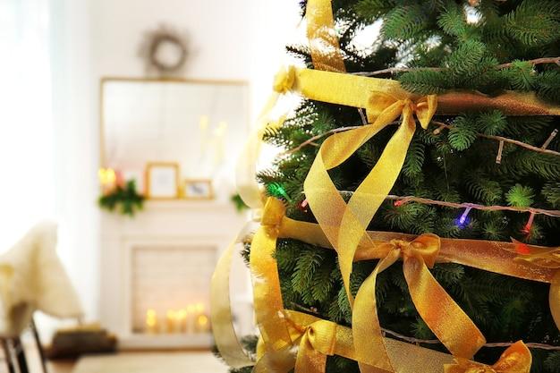 Bellissimo albero di natale decorato nel soggiorno, vista ravvicinata