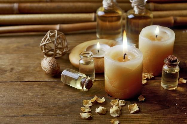 Bella composizione decorata con candele, ciottoli e bambù su legno