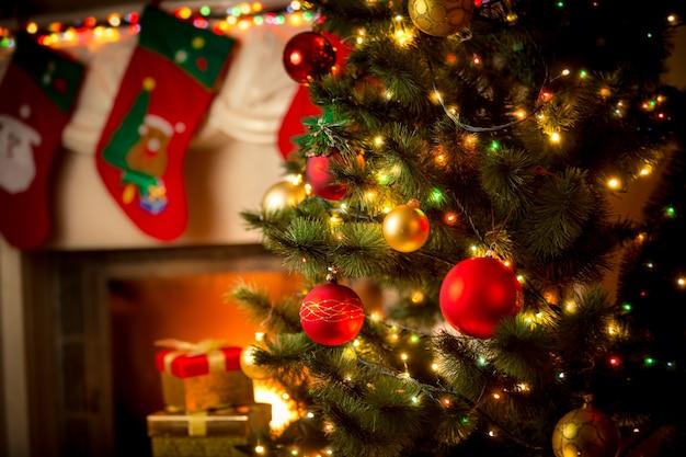 Bellissimo camino decorato e albero di natale al cottage
