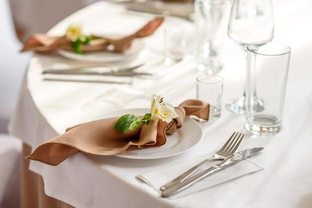 Bella decorazione della vacanza di nozze con fiori e vegetazione con decorazioni da fiorista. preparativi per la cerimonia di matrimonio Foto Premium