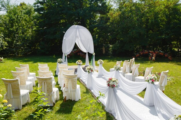 Bellissime decorazioni per la cerimonia di matrimonio nel parco in una giornata di sole