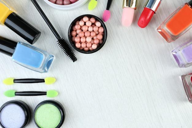 Bellissimi cosmetici decorativi e pennelli per il trucco, isolati su bianco