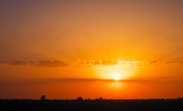 Bellissimo cielo colorato profondo con nuvole sul tramonto. concetto per la serata di vacanza