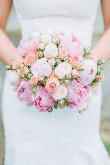 Bouquet da sposa bello e delicato nelle mani della sposa