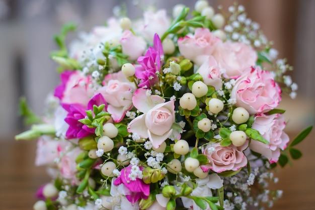 Bellissimo bouquet da sposa delicato per la sposa di fiori rosa e boccioli bianchi da vicino