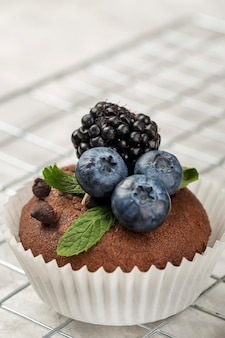 Bello e delizioso dessert e sfondo sfocato