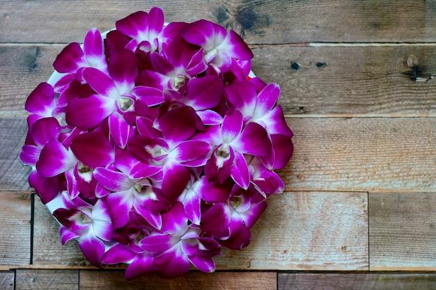 Belle immagini di simbolo del cerchio dell'orchidea del dendrobium su fondo di legno