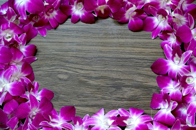 Bella cornice di orchidee dendrobium su fondo in legno