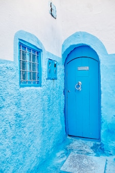 Bella serie diversificata di porte blu della città blu di chefchaouen in marocco