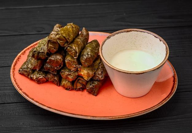 Bella dolma di foglie di vite per la cena sul tavolo